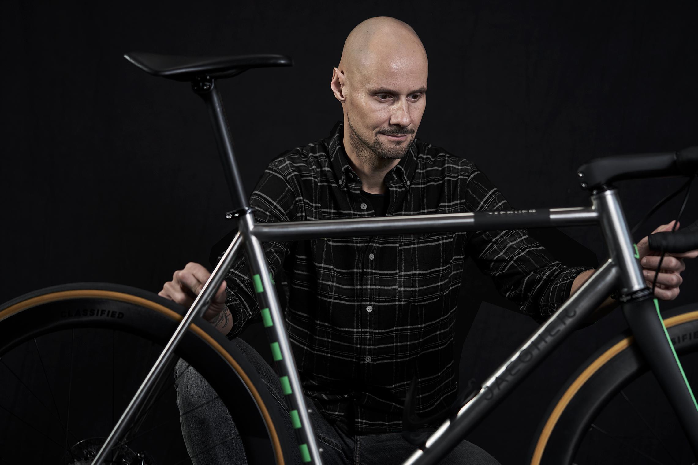 Fiets-Tom-Boonen_tom-kijkt-naar-fiets2_LR